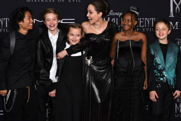 Angelia and her children at the premiere of the sequel to Mal & # xe9; fica
