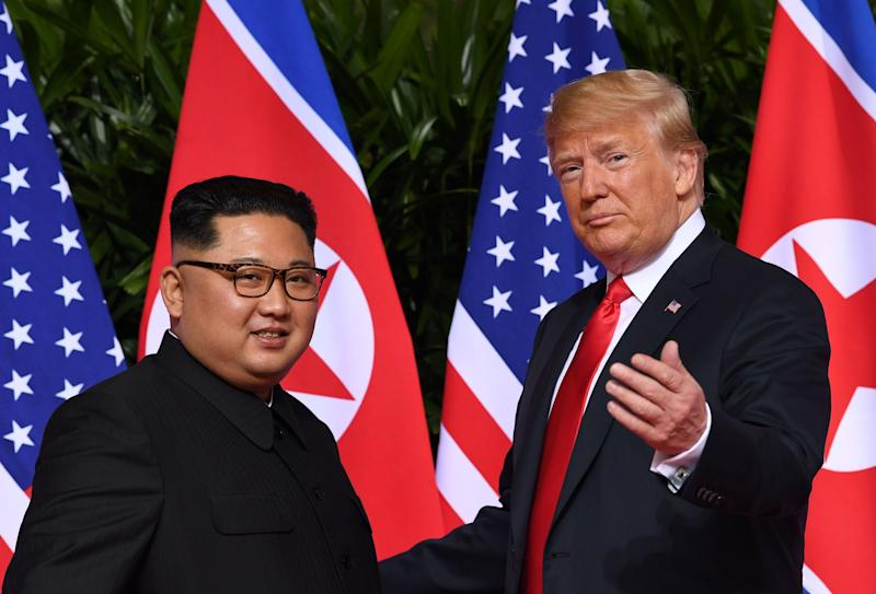 trump kim Shaking hands
