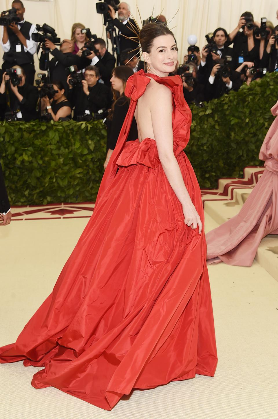 """<h1 class=""""title"""">Anne Hathaway in Valentino</h1><cite class=""""credit"""">Photo: Getty Images</cite>"""