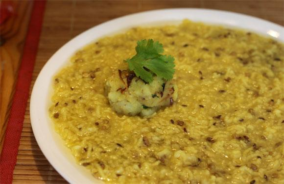 <strong>5. Khichdi:</strong><br />Don't mistake it for food only for sick people! Ready-to-eat khichdi can be (surprisingly) very tasty and it also packs a surprising dose of health. Just heat it, pour a little mustard sauce if you like experimenting and start gorging.