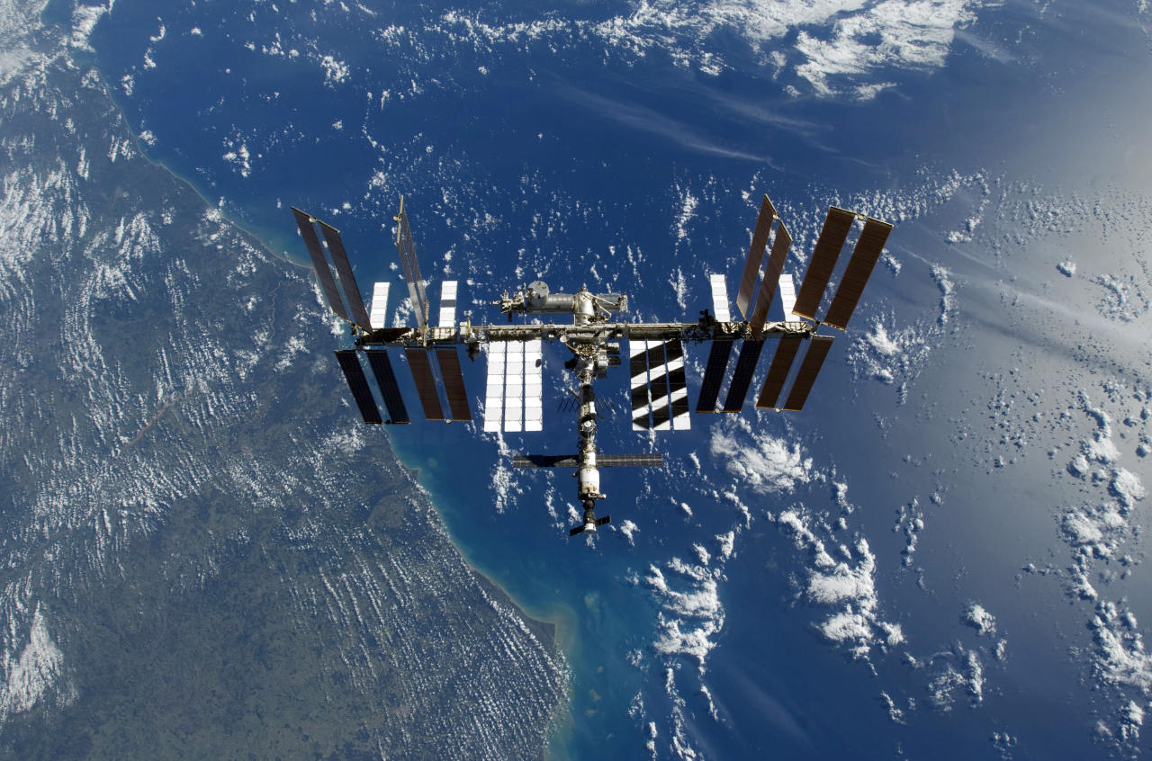 The International Space Station is visible with the Earth in the background in this photo released by NASA and taken November 25, 2009. Picture taken November 25.  REUTERS/NASA/Handout  (UNITED STATES SCI TECH IMAGES OF THE DAY) FOR EDITORIAL USE ONLY. NOT FOR SALE FOR MARKETING OR ADVERTISING CAMPAIGNS