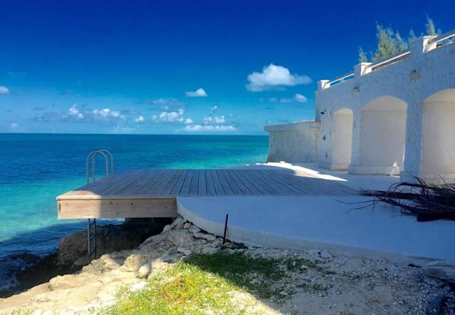 <p>The private sundeck provides direct access to the ocean. <br>(Airbnb) </p>