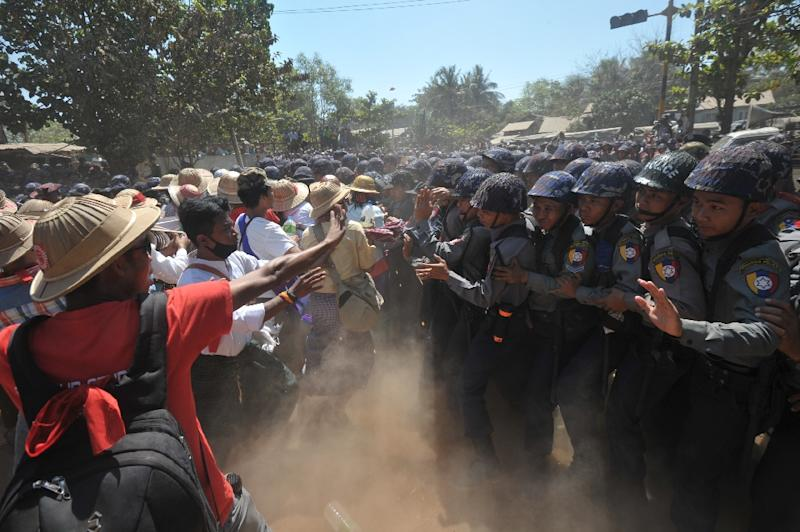 Myanmar police confront students during a protest march demanding education reform in Letpadan town, north of Yangon on March 3, 2015 (AFP Photo/Soe Than Win)