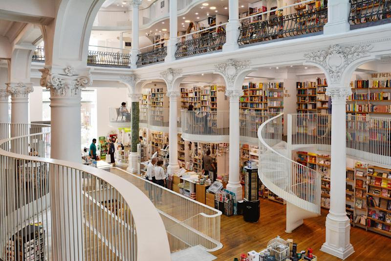 Carturesti Carusel Bookshop with modern white architecture in a refurbished historic building in Lipscani, Old town of Bucharest, Romania. | Elenaphotos—Alamy