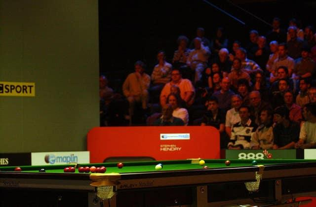 O'Sullivan concedes the match against Hendry at the UK Snooker Championships in 2006