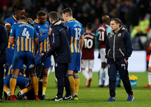 Soccer Football - FA Cup Third Round Replay - West Ham United vs Shrewsbury Town - London Stadium, London, Britain - January 16, 2018 Shrewsbury Town manager Paul Hurst (R) and players during extra time REUTERS/David Klein