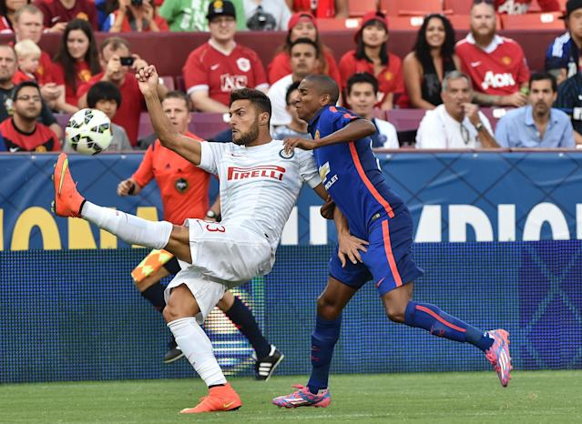 Inter Milan's Danilo D'Ambrosio controls the ball in front of Manchester United's Chris Smalling in Maryland on July 29, 2014 (AFP Photo/Nicholas Kamm)