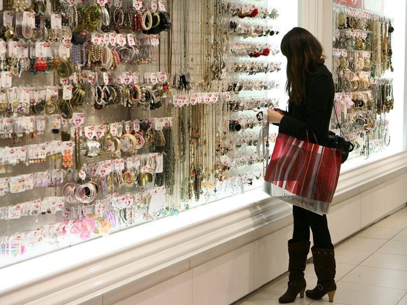 Retail spending down 0.2% in Dec