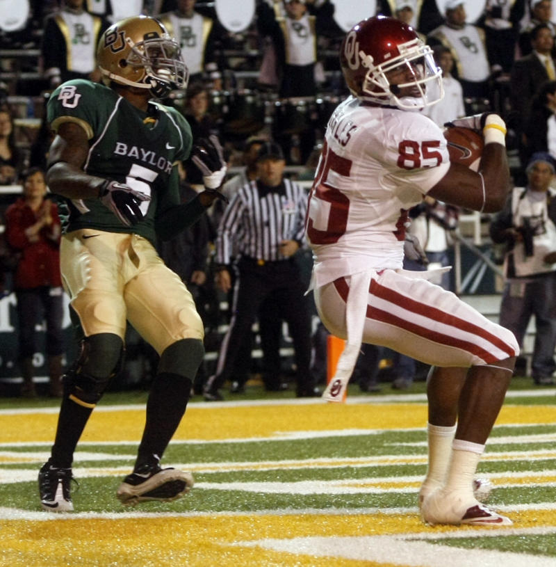 Oklahoma WR Ryan Broyles (85) makes a touchdown-reception in front of Baylor's Mikail Baker (5) in the second half of an NCAA  college football game, Saturday Nov. 20, 2010, in Waco, Texas. (AP Photo/Jose Yau)