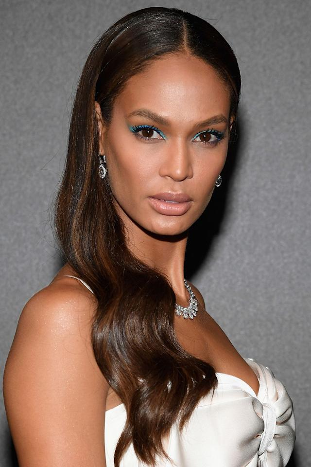 <p>Joan Smalls opted for bright eyes over lips, pairing an electric blue liner with a nude lipstick.</p>