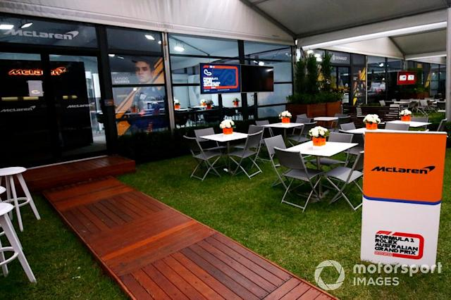 """Fuori dall'area hospitality McLaren <span class=""""copyright"""">Andy Hone / Motorsport Images</span>"""