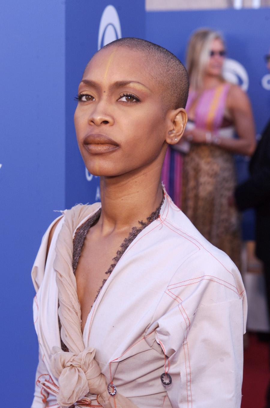<p>Allowing her bronzed, natural-looking makeup to be the focus, Erykah Badu wore a nearly bald look at the 43rd Annual Grammy Awards. (Photo: Kevin Winter/Getty Images) </p>