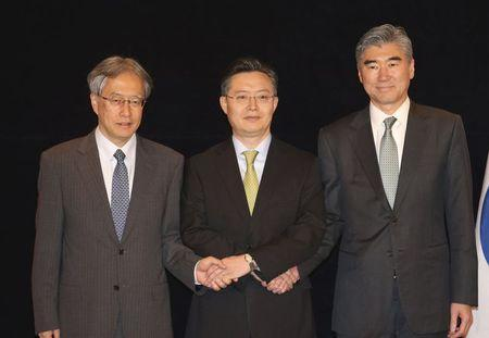 Director-general of the Japanese Foreign Ministry's Asian and Oceanian Affairs Bureau Junichi Ihara, South Korean Special Representative for Korean Peninsula Peace and Security Affairs Hwang Joon-kook and U.S. Special Representative for North Korea Policy Sung Kim (L-R) pose to the media before their meeting in Seoul, South Korea, May 27, 2015. REUTERS/Lim Hun-Jeong/Yonhap