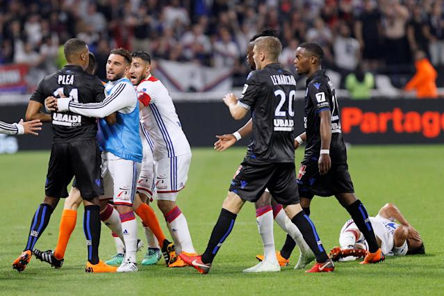 Soccer Football - Ligue 1 - Olympique Lyonnais vs OGC Nice - Groupama Stadium, Lyon, France - May 19, 2018 Nice's Alassane Plea clashes with Lyon players REUTERS/Emmanuel Foudrot
