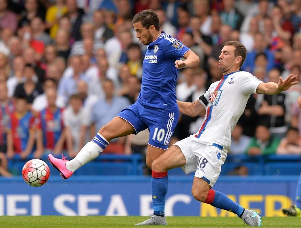 Chelsea's Eden Hazard (L) fights for the ball with Crystal Palace's James McArthur during their English Premier League match, at Stamford Bridge in London, on August 29, 2015 (AFP Photo/Olly Greenwood)