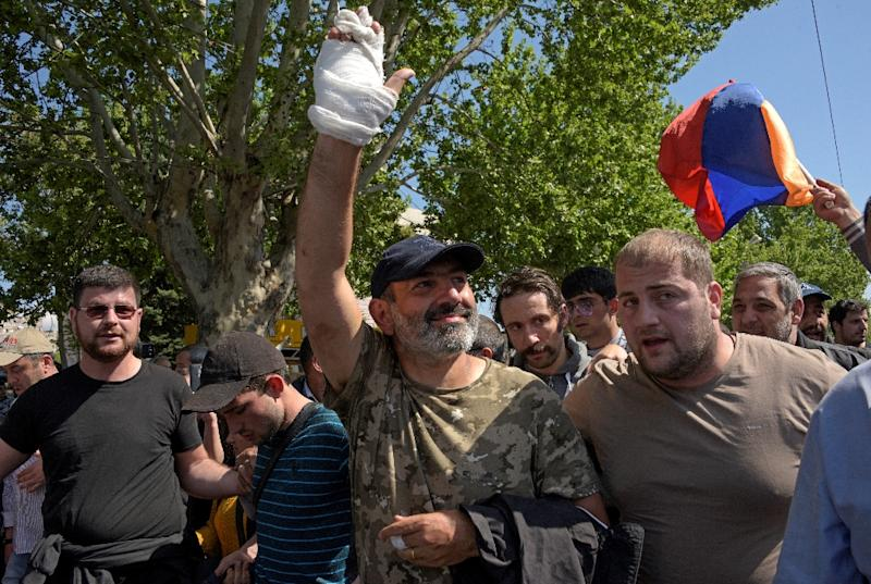 The leader of Armenia's mass anti-government protests Nikol Pashinyan (C) greets supporters after being released from detention. His protest movement led to the resignation of veteran politician, Prime Minister Serzh Sarkisian (AFP Photo/KAREN MINASYAN)
