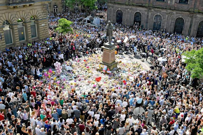 <p>MAY 25, 2017 – Members of the public observe a national minute's silence in remembrance of all those who lost their lives in the Manchester Arena attack in Manchester, England. An explosion occurred at Manchester Arena on the evening of May 22 as concert goers were leaving the venue after Ariana Grande had performed. Greater Manchester Police are treating the explosion as a terrorist attack and have confirmed 22 fatalities and 59 injured. (Photo: Jeff J Mitchell/Getty Images) </p>