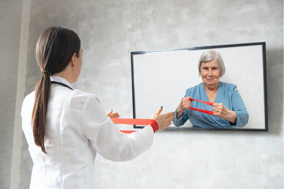 """<span class=""""attribution""""><a class=""""link rapid-noclick-resp"""" href=""""https://www.shutterstock.com/es/image-photo/online-physiotherapy-elderly-doctor-showing-woman-1822781096"""" rel=""""nofollow noopener"""" target=""""_blank"""" data-ylk=""""slk:Shutterstock / Varavin88"""">Shutterstock / Varavin88</a></span>"""