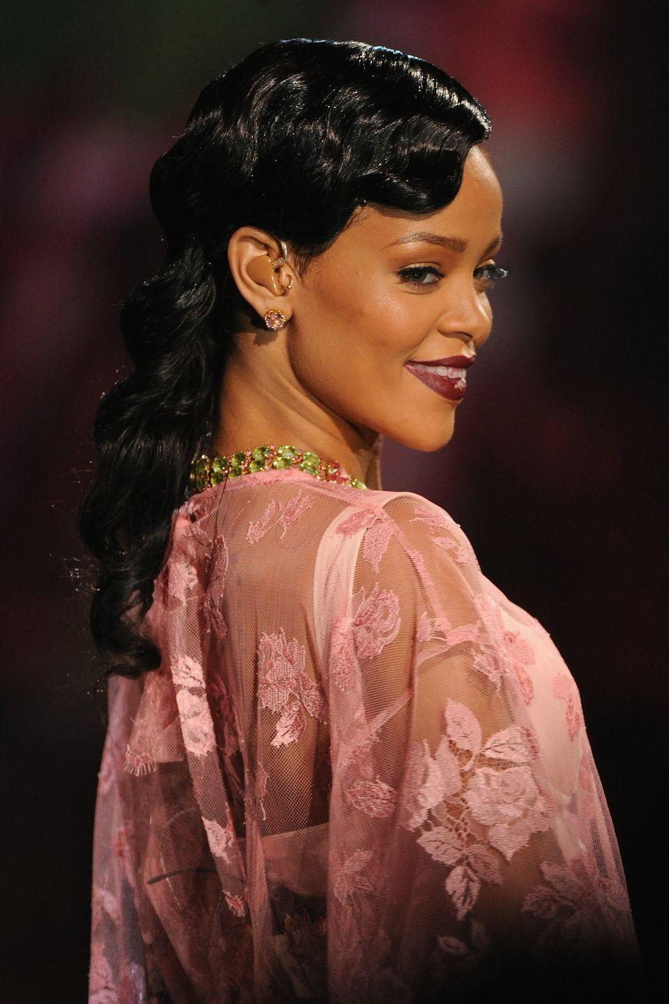 <p>For the Victoria Secret Fashion Show, Rihanna performs wearing romantic, retro-inspired finger waves.</p>