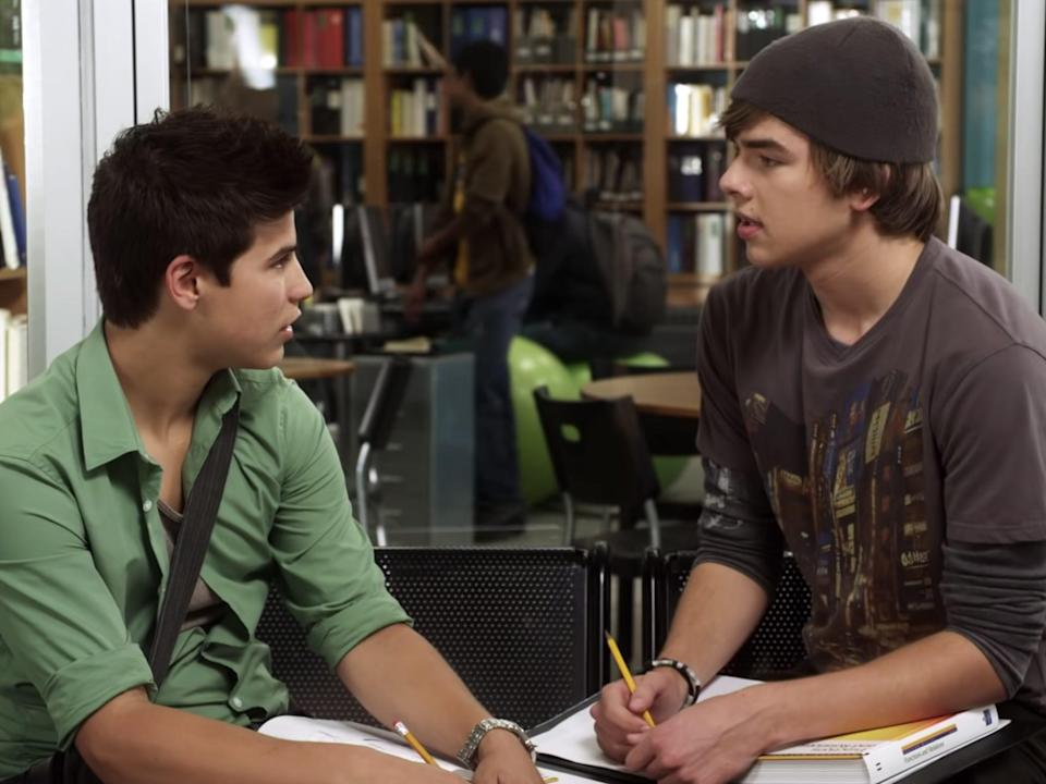 drew and kc chatting in the hallway on degrassi