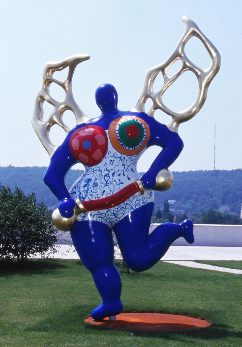 Saint Phalle & # x002019; s cobalt blue Nana on display at an exhibition in Germany, 1992