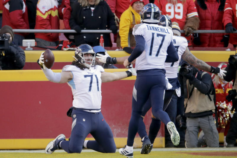 Tennessee Titans' Dennis Kelly, No. 71, celebrates his first-half touchdown catch. (AP/Charlie Riedel)
