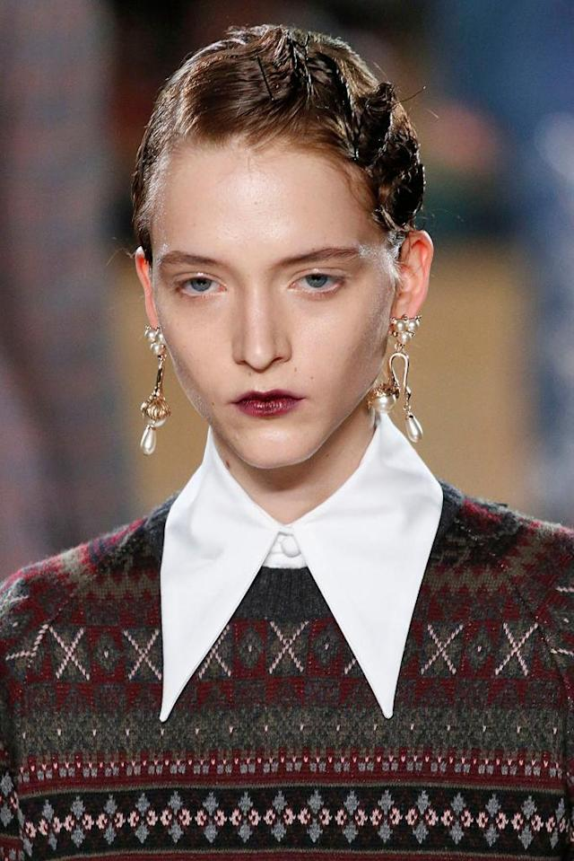 <p>Gold pearl teardrop earrings at the Erdem FW18 show. (Photo: Getty) </p>