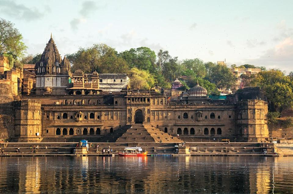 A boat ride on the Narmada river allows you a mesmerising view of the Maheshwar Fort and Ghat.