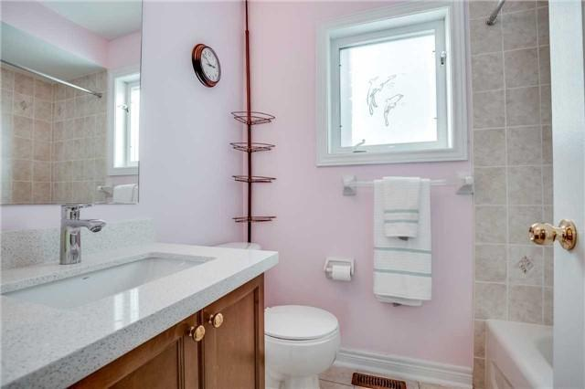 <p><span>6 Primont Drive, Richmond Hill, Ont.</span><br> You'll also find three bathrooms.<br> (Photo: Zoocasa) </p>