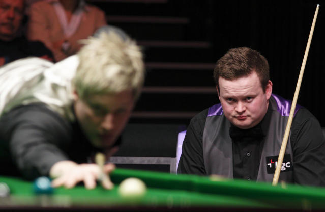Australia's Neil Robertson (L) lines up a shot during a frame against Shaun Murphy (R) of England during the final of the BGC masters snooker tournament at Alexandra Palace in London, on January 22, 2012. AFP PHOTO / JUSTIN TALLIS (Photo credit should read JUSTIN TALLIS/AFP/Getty Images)
