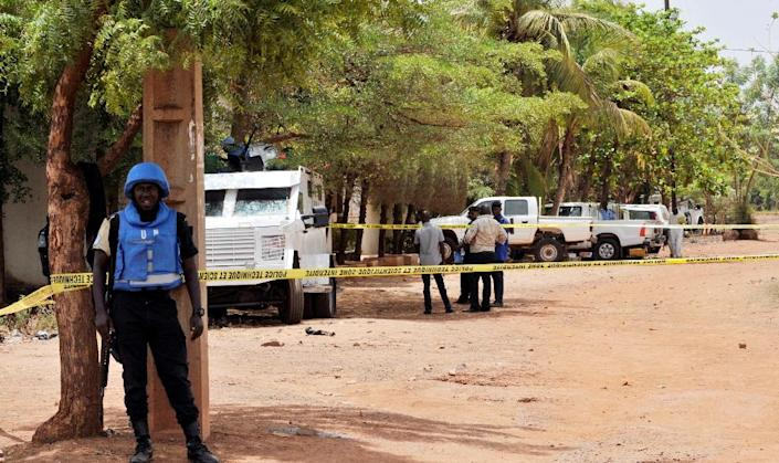 United Nations peacekeeping solders stand by a cordon set up at the site where a gunman opened fire at a UN residence in Bamako on May 20, 2015 (AFP Photo/Habibou Kouyate)