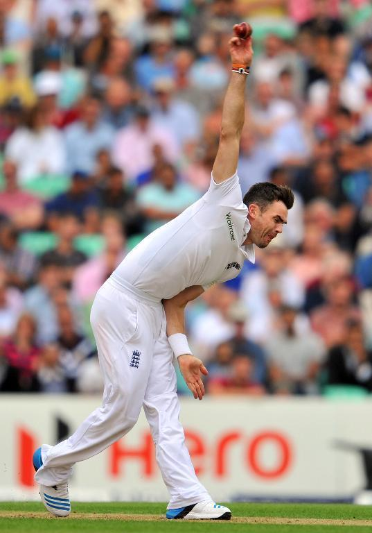 England's James Anderson bowls during play on the first day of the fifth Test against India at The Oval in London on August 15, 2014 (AFP Photo/Glyn Kirk)
