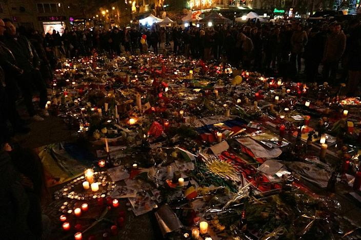 Candles are displayed in tribute to the Brussels attacks victims on place de la Bourse in Brussels (AFP Photo/Patrik Stollarz)