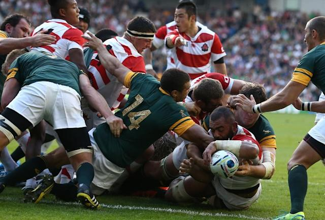 Japan's back row Michael Leitch (R) scores a try during a Pool B match of 2015 Rugby World Cup between South Africa and Japan at the Brighton community stadium, south east England on September 19, 2015 (AFP Photo/Justin Tallis)