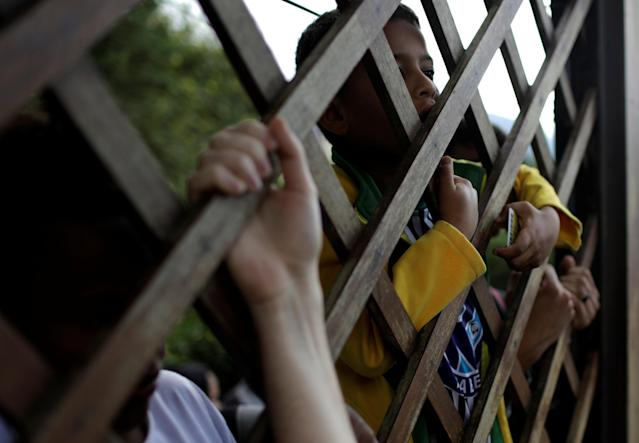 Football Soccer - Brazil national soccer team training - World Cup 2018 - Granja Comary, Teresopolis, Brazil - May 25, 2018 - Fans gather outside the training center as they try to enter. REUTERS/Ricardo Moraes