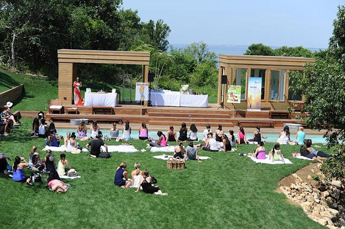<p>At the Well-thy Home retreat, guests gathered around the pool to listen to nutrition advice from celebrity dietitian Keri Glassman.<br></p>