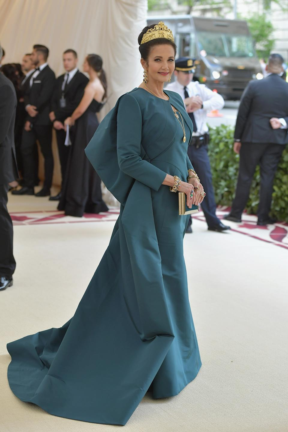 """<h1 class=""""title"""">Lynda Carter in Zac Posen with a Judith Leiber Couture bag</h1><cite class=""""credit"""">Photo: Getty Images</cite>"""