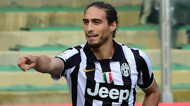 Former Juventus and Barcelona defender Martin Caceres has signed for Southampton until the end of the 2016-17 season.