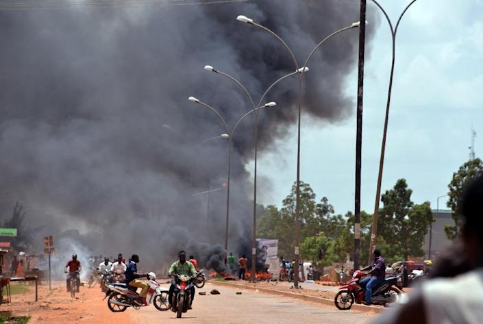 Residents burn tires along a street in Ouagadougou on September 17, 2015, after Burkina Faso's presidential guard declared a coup (AFP Photo/Ahmed Ouoba)