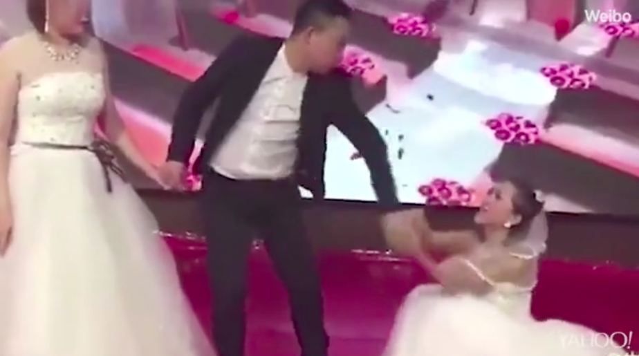 The groom's ex-girlfriend crashed the wedding wearing a bridal gown [Photo: Weibo]
