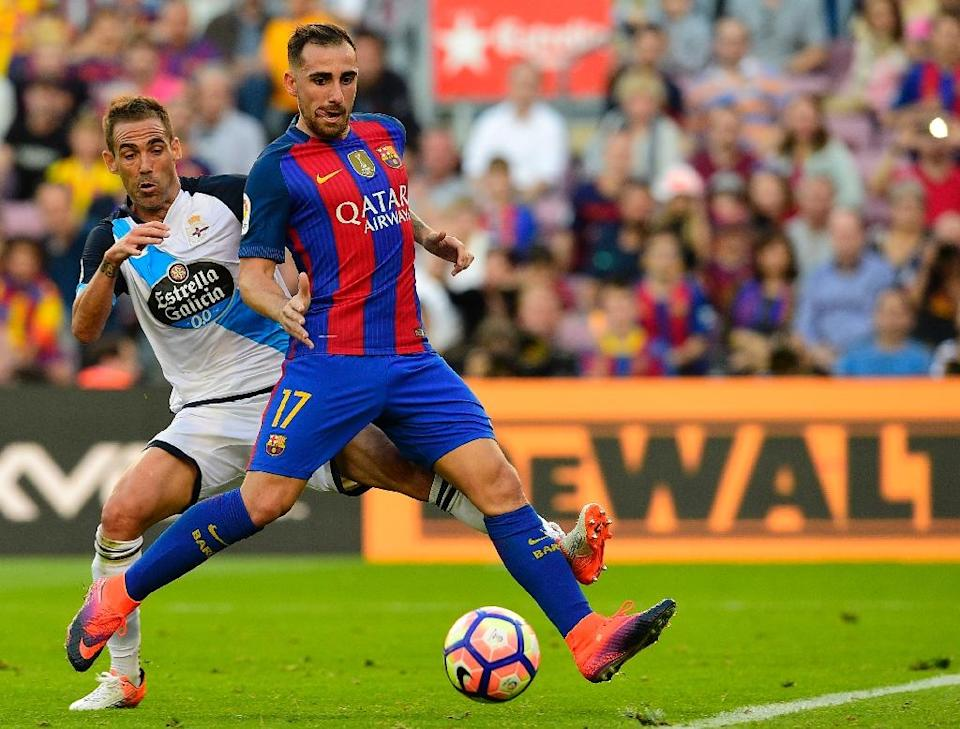 Barcelona's forward Paco Alcacer (R) vies with Deportivo La Coruna's defender Fernando Navarro during the Spanish league football match FC Barcelona vs RC Deportivo de la Coruna on October 15, 2016 (AFP Photo/Lluis Gene)