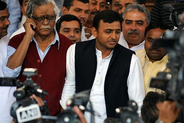 <b>Akhilesh Yadav:</b> One of the youngest persons (as of March 2012) to hold the office of Chief Minister, Akhilesh Yadav was born to Mulayam Singh Yadav and his first wife. The Gandhi cap, white kurta pyjama and black sleeveless jacket have been his trademark style.