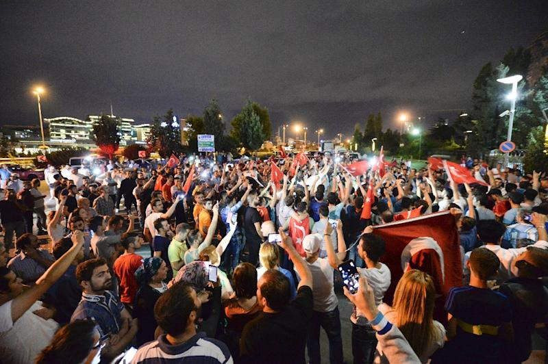 Turkish nationalists hold flags and chant slogans outside the headquarters of the Hurriyet newspaper on September 8, 2015, in Istanbul (AFP Photo/)