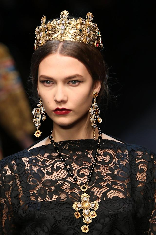 MILAN, ITALY - FEBRUARY 24: Karlie Kloss walks the runway at the Dolce & Gabbana fashion show as part of Milan Fashion Week Womenswear Fall/Winter 2013/14 on February 24, 2014 in Milan, Italy. (Photo by Vittorio Zunino Celotto/Getty Images)