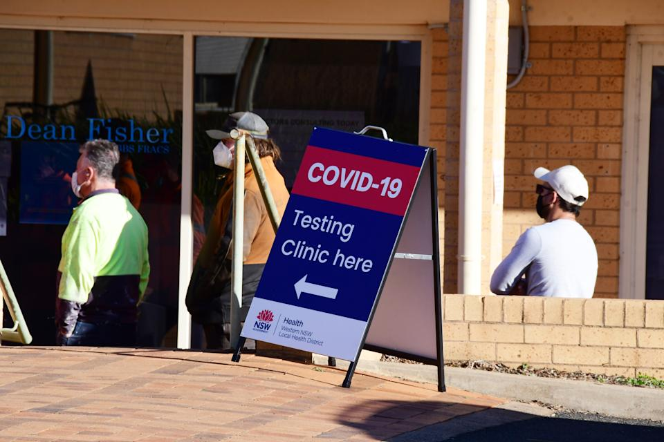 A photo of a sign pointing towards a a Covid testing clinic.