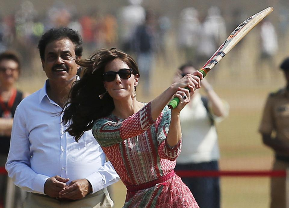Britain's Catherine, Duchess of Cambridge, plays cricket with children at a ground in Mumbai, India, April 10, 2016. REUTERS/Danish Siddiqui      TPX IMAGES OF THE DAY