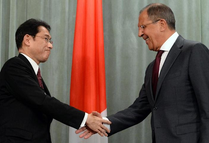 Russian Foreign Minister Sergei Lavrov (R) shakes hands with his Japanese counterpart Fumio Kishida after a joint press conference following their meeting in Moscow on September 21, 2015 (AFP Photo/Vasily Maximov)
