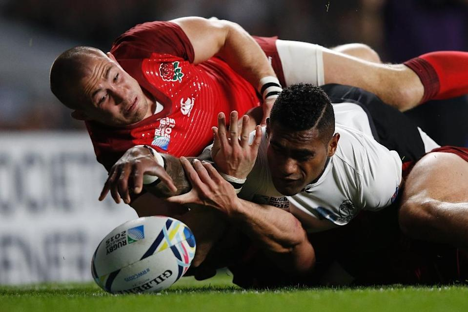 Fiji scrum-half Nikola Matawalu (C) loses control of the ball and fails to score a try against England during their Pool A match in the 2015 Rugby World Cup at Twickenham on September 18, 2015 (AFP Photo/Adrian Dennis)