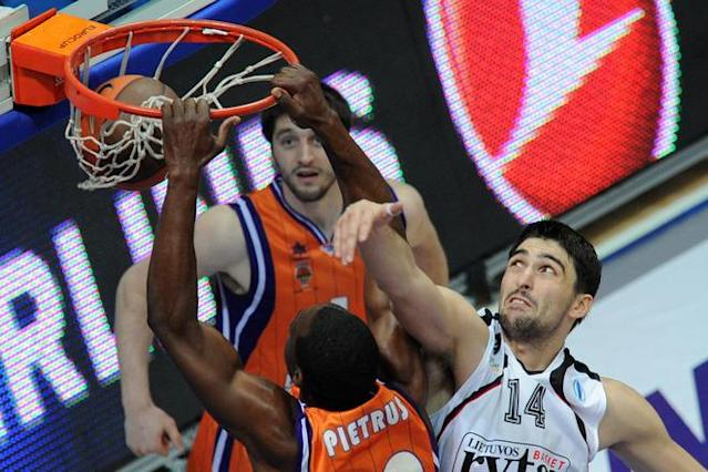 Valencia's Florent Pietrus (L) vies with Vilnius Lietuvos Rytas' Predrag Samardziski during an Eurocup semi-final basketball match between Valencia and Lietuvos Rytas in Khimki, outside Moscow, on April 14, 2012. AFP PHOTO / KIRILL KUDRYAVTSEV