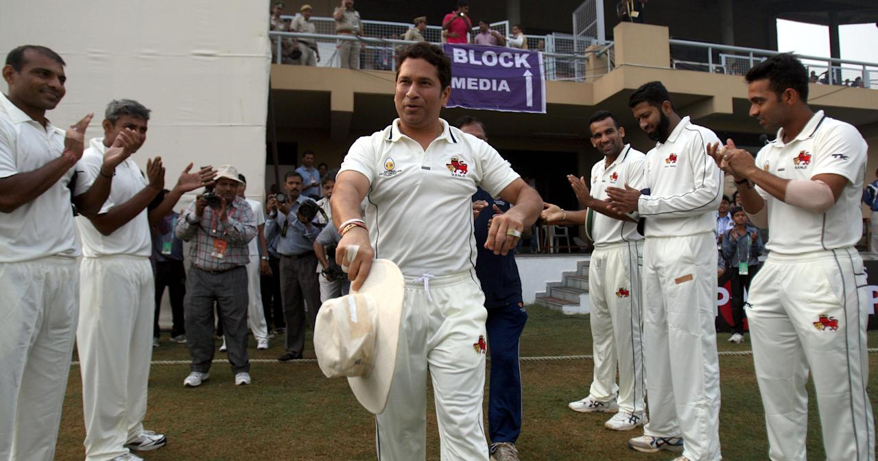 Ranji trophy players applaud master blaster Sachin Tendulkar as he enters the field to play his last Ranji Trophy match for Mumbai against Haryana in Lahli, Rohtak on Oct.27, 2013. (Photo: IANS)